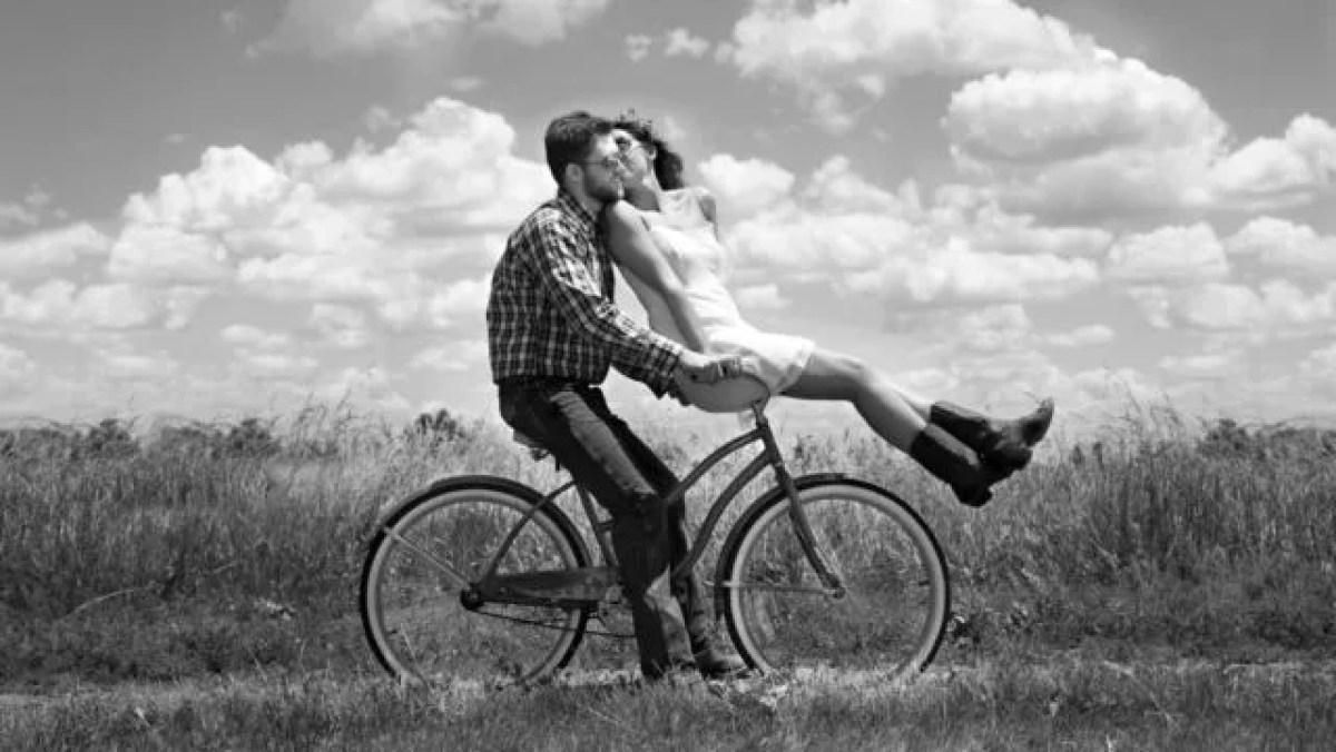 カップル サイクリングデート 自然 キス