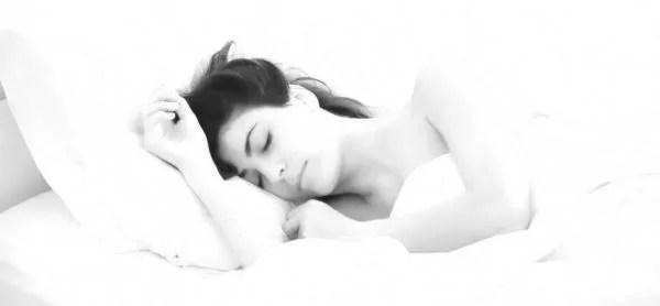 女性 ベッド 睡眠 寝る 枕