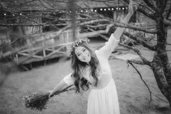 元気な女性 笑顔 天然 花
