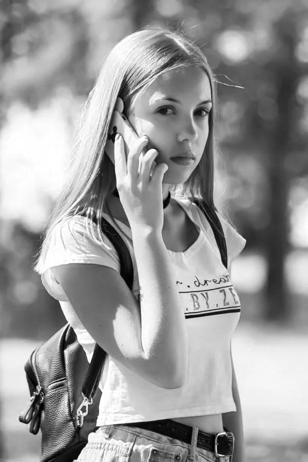 女性 電話 スマホ 若い 真顔