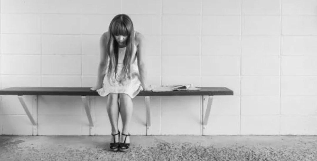 心配 女性 悲しい 不幸