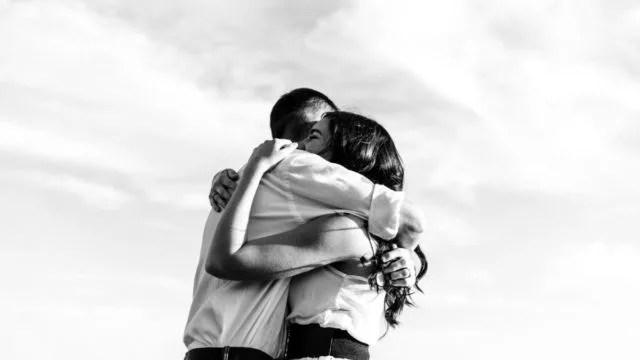 抱きしめ合うカップル ハグ 愛