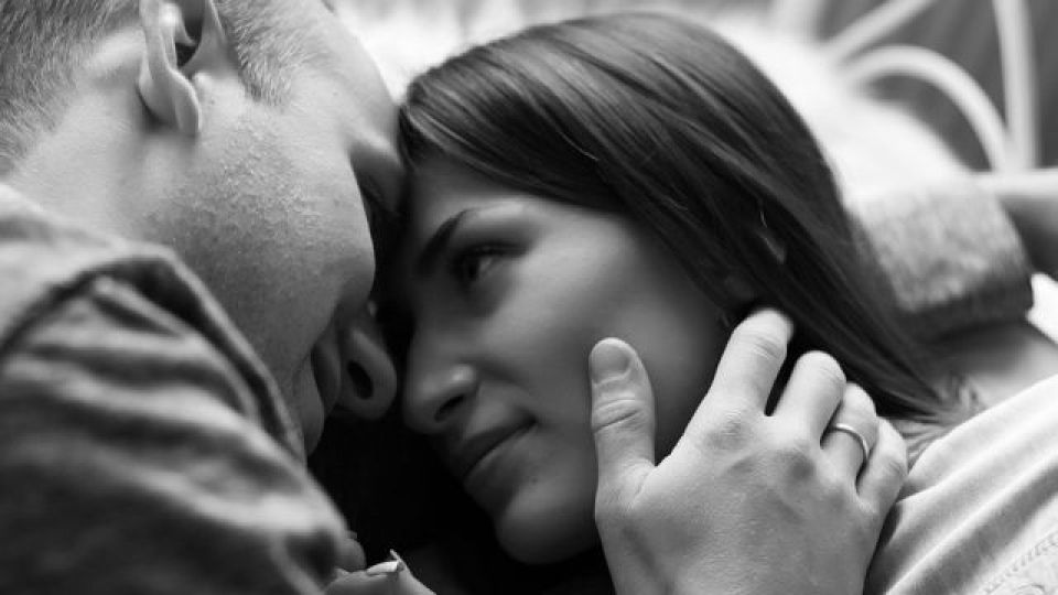 見つめ合うカップル 顔を触る