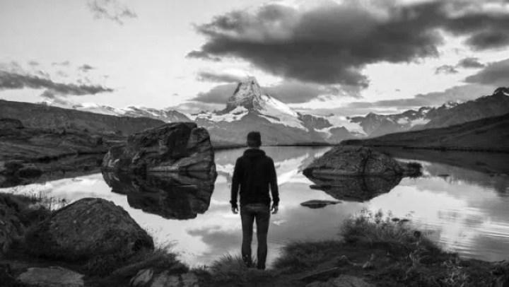 男性 湖 空 独り 孤独