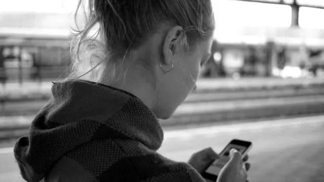 スマホを見る女性 連絡 携帯電話