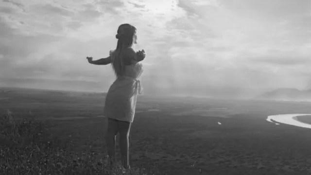 光を浴びる女性 自然 リフレッシュ 希望