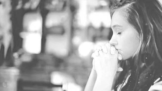女性 祈る 感謝