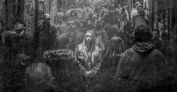 女性 孤独 雑踏 都会 人混み