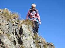 Doris bereits wieder im felsigen Abstieg unterhalb des Gipfels