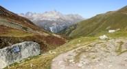 Auf dem Klimaweg ins Val Muragl (rechts hinten die Bergstation Muottas Muragl)