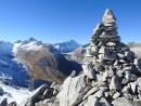 Nochmals der Gipfelblick zu Finsteraarhorn und Lauteraarhorn, im Vordergrund der Gipfelsteinmann des Sidelhorn.
