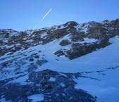Die Steilstufe, für uns heute leider nicht zu bezwingen. Der Gipfel wäre ungefähr dort wo der Kondensstreifen an der Bergkante steht...