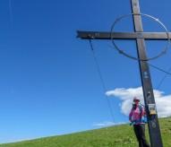 Doris beim Gipfelkreuz