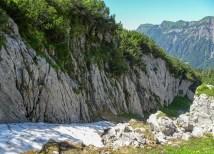 Die teilweise mit Schnee gefüllte Runse im Abstieg zur Alp Zingeli