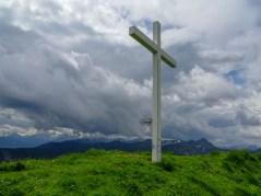 Gipfelkreuz Schimbrig, im Hintergrund rechts der Fürstein (2040) m