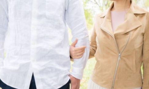 彼と一緒に歩く女性