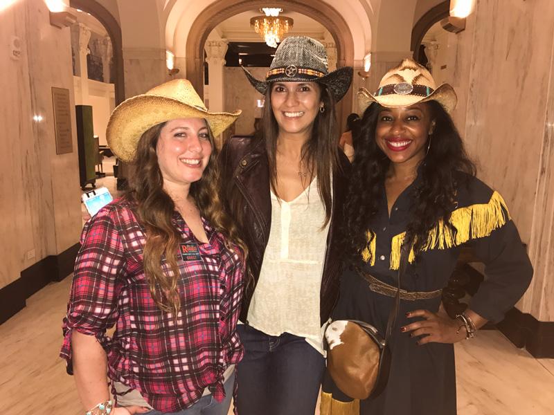Prontas para o Rodeio de San Antonio, no Texas! Renata com as colegas americanas Julia Axelrod eKinya Claiborne no St. Anthony Hotel