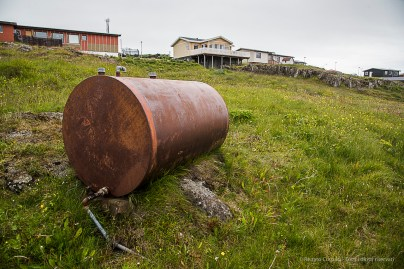 A tank in a field in the residential area of Höfn. Nikon D810, 24 mm (24-120.0 mm ƒ/4) 1/200 sec ƒ/8 ISO 200
