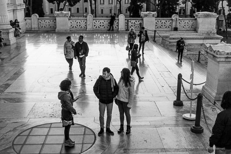 People roaming on the Vittoriano like mannequins in a De Chirico painting. Nikon D810, 24 mm (24-120.0 mm ƒ/4) 1/200 ƒ/13 ISO 2500