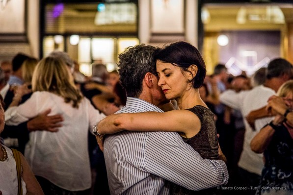 An evening of Tango in the Milano, Galleria Vittorio Emanuele II, June 2018. Nikon D810, 120 mm (24-120 mm ƒ/4) 1/125 mm ƒ/4 ISO 6400