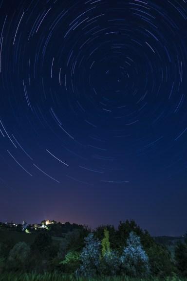 Montiglio. Star Trail con vista sul Parco del Bric. Nikon D810 24.0mm (24.0mm ƒ/1.4) 30sec ƒ/3.5 ISO 100. Post produzione. Star trail ottenuto con StarStaX.