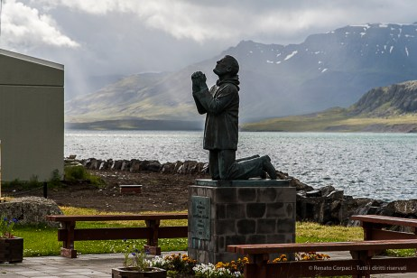 Statue dedicated to the victims of the sea, in Eskifjördur. Nikon D810, 120 mm (24-120.0 mm ƒ/4) 1/1250 sec ƒ/8 ISO 400