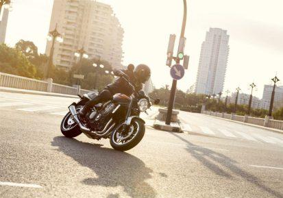 Kawasaki-Z900RS-2018-Rider