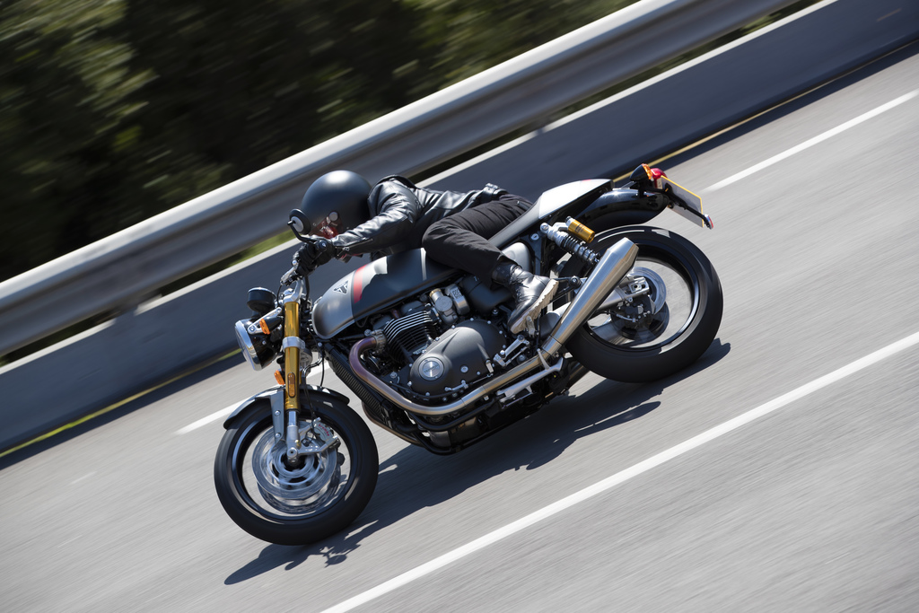 Triumph Thruxton RS Leaning-in