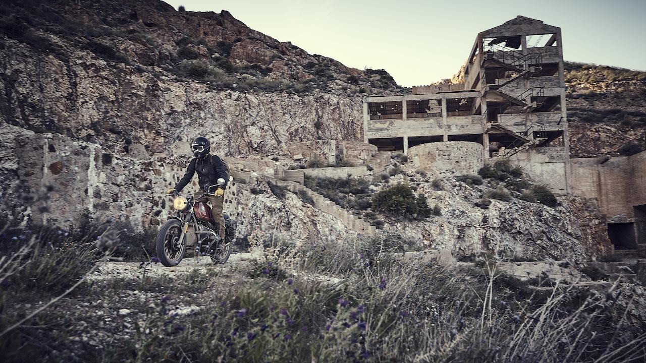 El Gringo Tour - Rider on a BMW wearing yellow gloves @hamilton
