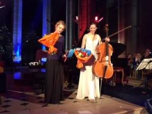 Béatrice Berrut & Camille Thomas recevant des fleurs en fin de concert