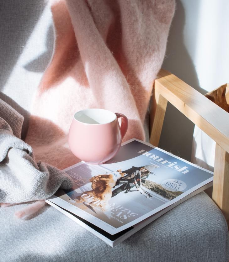 boek met kop koffie