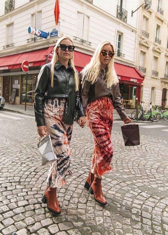 jonge vrouwen in tie dye kleding