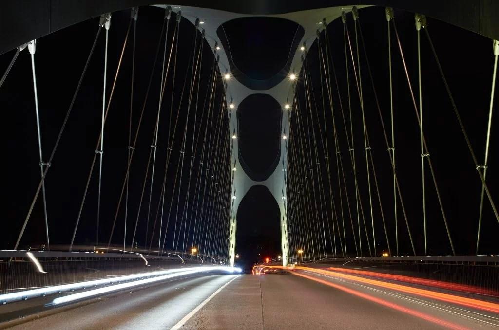 Honsellbrücke in Frankfurt am Main bei Nacht