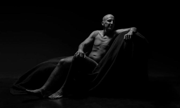 Männer Akt sitzend schwarz/weiß