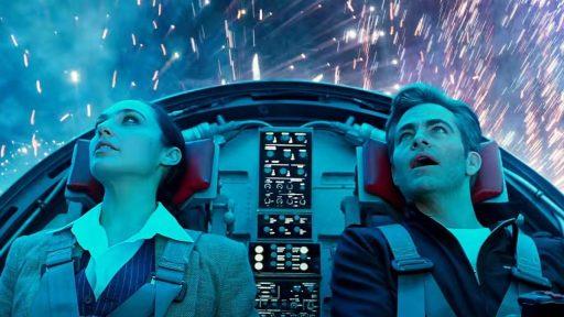 Diana und Steve Trevor fliegen durch ein Feuerwerk (Bild:  Warner Bros. Entertainment Inc)