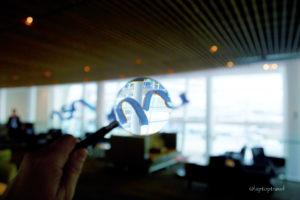 dsc_8837_ceiling-sculpture-paul-voxler-seattle-delta-skyclub-magnifying-glass-laptoptravel