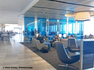 A seating area is seen at the United Club LAX airport lounge in Los Angeles, California. © Chris Carley / PointsLounge.