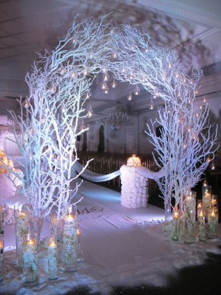 Adorable Winter Wedding Ideas For Decorate Your Party 09