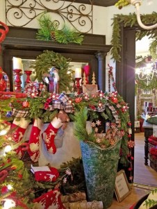 Classic Christmas Decoration You Must Try For Your Family 22