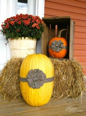 Perfect Pumpkin Ideas To Decorate Your Porch 19