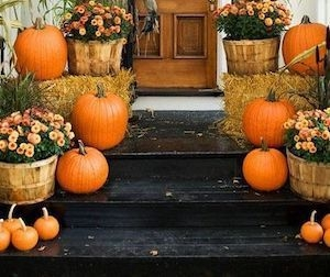 Perfect Pumpkin Ideas To Decorate Your Porch 26