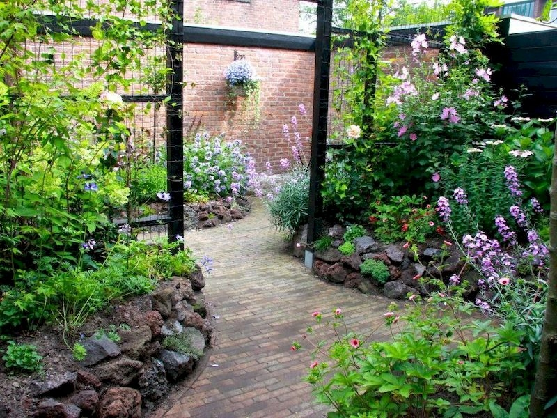 Fabulous Small Area You Can Build In Your Garden 08