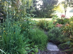 Lovely Fall Garden Idea With Perfect Ornaments 06