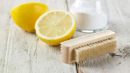 bakepulver, sitron og børste