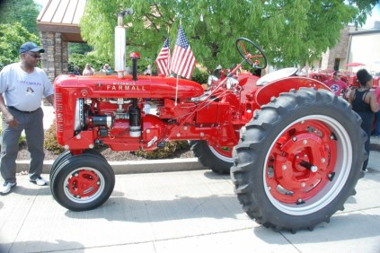 A more accurate color for a Farmall tractor. This is a 1950s or 1960s model.