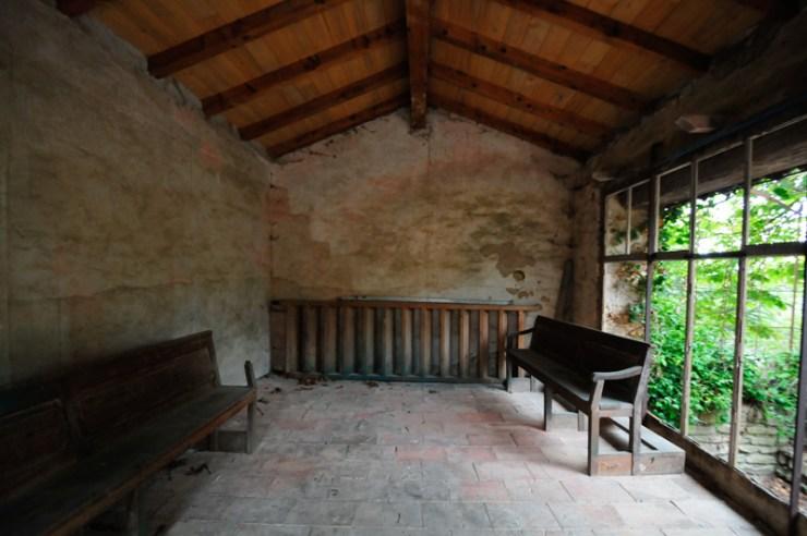 L'intérieur du reposoir des jardins de l'église de Rennes-Le-Château