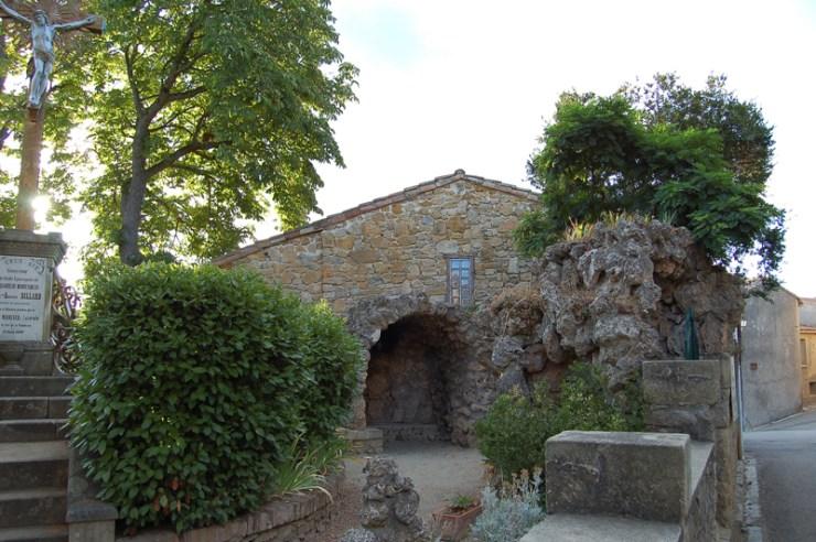 Vue partielle des jardins de l'église de Rennes-Le-Château