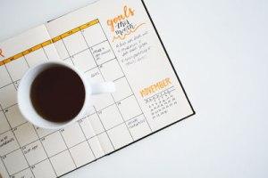 Définis chaque objectif en termes spécifiques, mesurables, ambitieux, réalistes, et définis dans le temps.