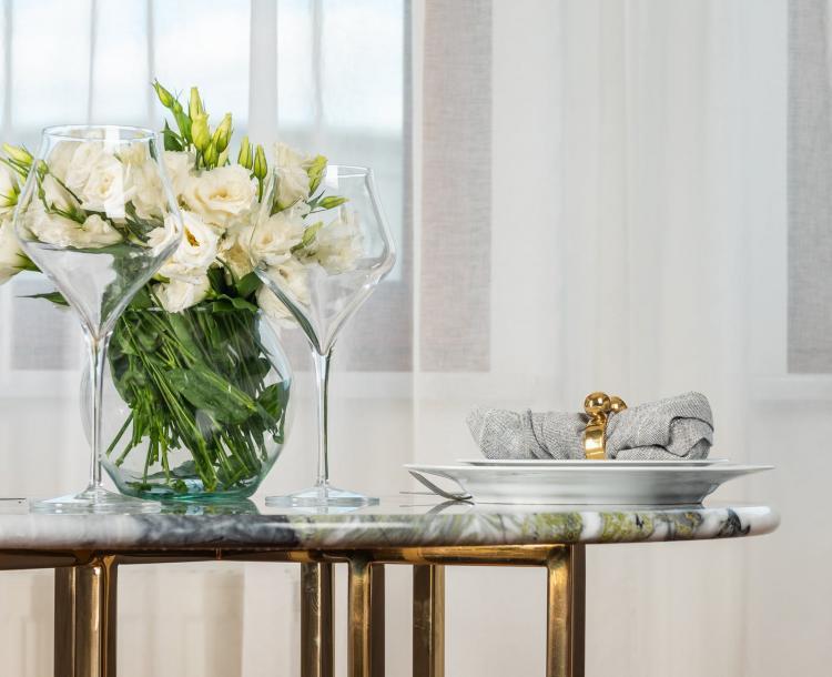 Membuat bunga hias meja ruang tamu