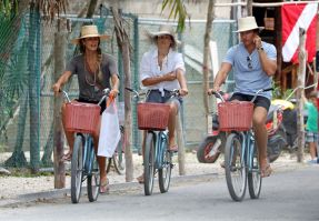 elle-macpherson-riding-a-bike-in-tulum-mexico_5